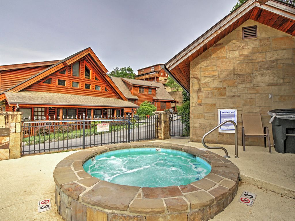 Beautiful Family sized Cabin 3 minutes from Dollywood  W/ Pools, hot tub &  WiFi - Pigeon Forge
