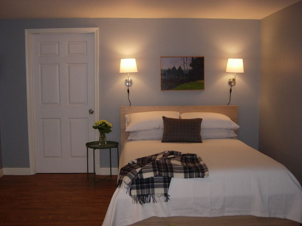 Lovely garden suite near uva with free gues homeaway for Charlottesville cabin rentals hot tub