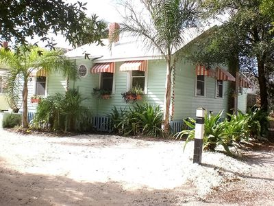Lighthouse Cottage:modernized but the memories are preserved.  Pets. WIFI