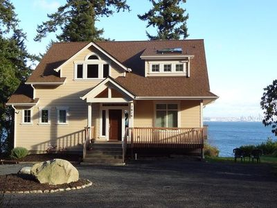 Make this lovely home your getaway here in the northwest! Amazing Seattle Views