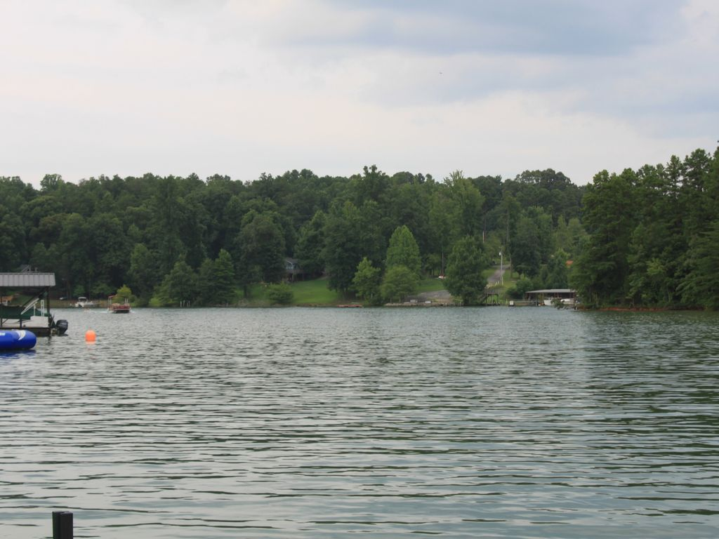 Charming keowee lakeview home near clemson seneca south for Lake keowee fishing