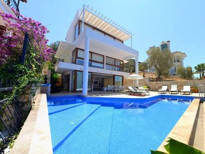 Photo for Luxurious 4 bedroom Villa in enviable location