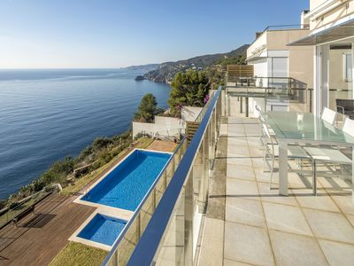 Photo for Apartment with pool in front of the sea