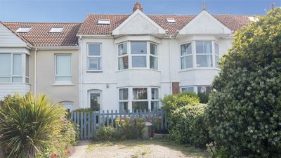Photo for Sleeps 8, sea & beach views, 5 min walk from golden sandy beach. Dogs welcome.