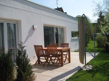 modern apartment with wooden deck, large garden, barbecue area, a few minutes from the lake