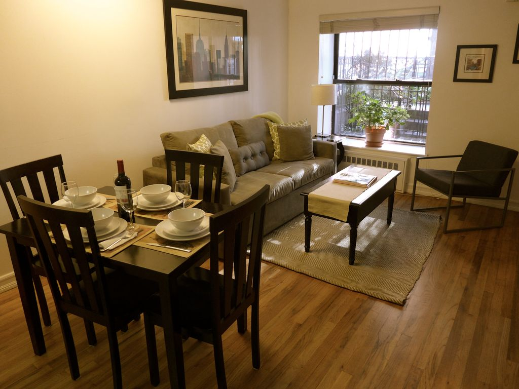 Bright And Spacious Living Dining Area With Seating For 4