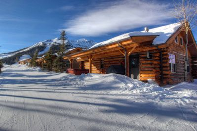 Ski to/from the door! 2 BR/2BA Cowboy Heaven Luxury Cabin on slope/Walk to Lodge