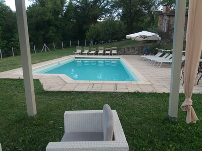 Photo for Country house surrounded by greenery, 6 rooms, heated pool