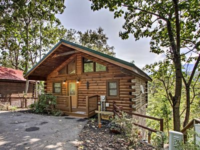 Pet-Friendly Gatlinburg Cabin w/ Mountain Views!