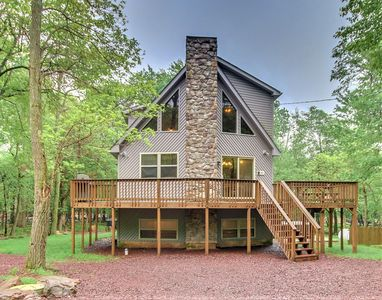 "Photo for ""Deer Run"" 6 Bedroom, FIRE PIT, Hot Tub, Pool Table, WIFI, TV's in bedrooms"