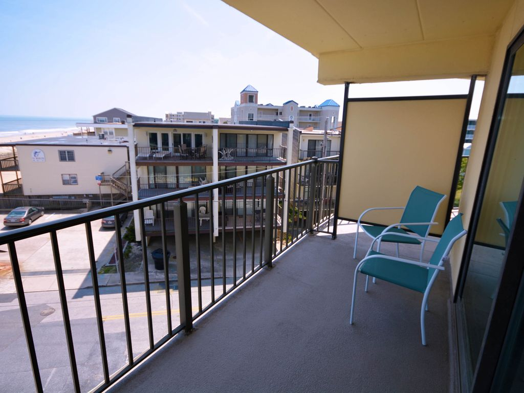 Traditional Spacious 2 Bedroom Oceanfront Condo With Free Wifi An Outdoor Pool And A