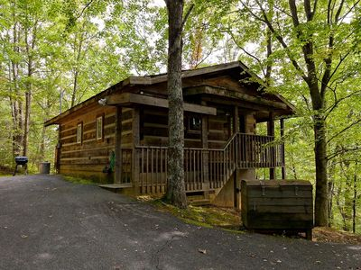 Honeymoon Cabin, VERY Secluded, Jacuzzi, No Fees, Close to Town, HOT TUB!!!
