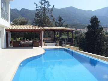 2 Self contained Studios-Truly Stunning Views of mountains, sea and Bellapais.