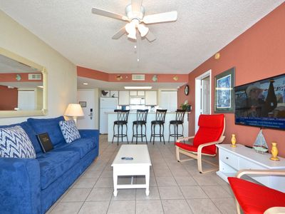 Photo for Tropical getaway w/private balcony, shared pool/hot tub - dog & family friendly!