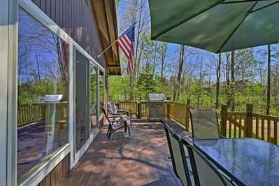 Enjoy the Lake Pleasant views from the deck with your crew of 8 guests.
