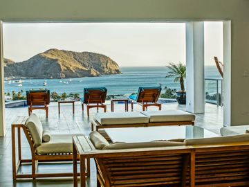 SPECTACULAR VACATION HOME, 4 BLOCKS FROM BEACH, FULL STAFF, SUPERB REVIEWS, BEST
