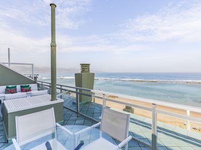 Photo for Penthouse in front of the beach with a large terrace and free wifi.