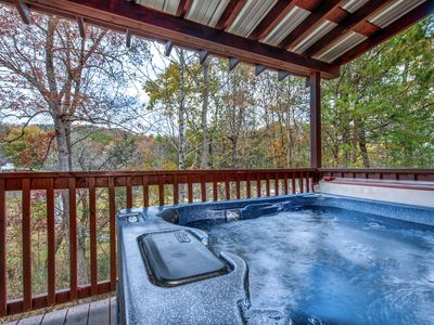 The Mountains are calling!! Pigeon Forge Cabin, Jacuzzi, Hot Tub, Fishing pond, Private, LOG CABIN