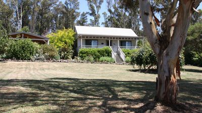Photo for Hollow Log Cottage - Pet-friendly cottage close to Daylesford