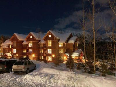 Photo for On-mountain condo with kitchen, outdoor pool, hot tubs & BBQ access, 5min walk to ski lifts: T544