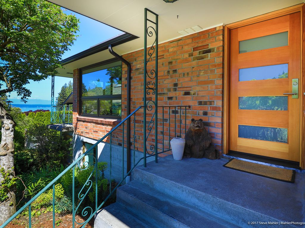 Remodeled Mid Century View Home Close To Seattle Richmond Highlands