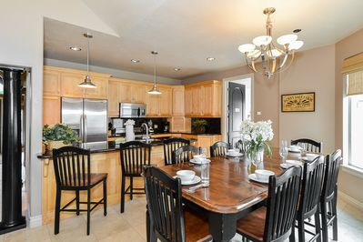 BEAUTIFUL KITCHEN W/ BAR & DINING TABLE