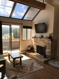 Ski-in/ski-out spacious 2br+2ba condo 2 private jet-tubs common pools/hot tubs