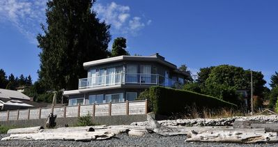 Seaview Beach House commands a prime location on Departure Bay Beach