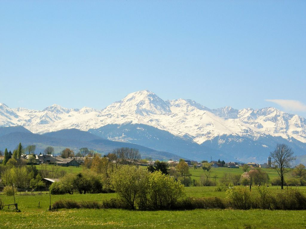 Luxury gite with large pool and stunning mountain views. Sleeps up to 7