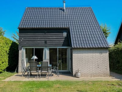Photo for 6 pers. Sunny holiday home behind the dyke and close to the Lauwersmeer
