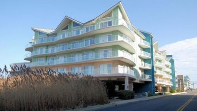 Photo for 3 Beds & 3 Baths, + Sleep Sofa, in a Modern Mid-Island Condo, 1 Block To Beach