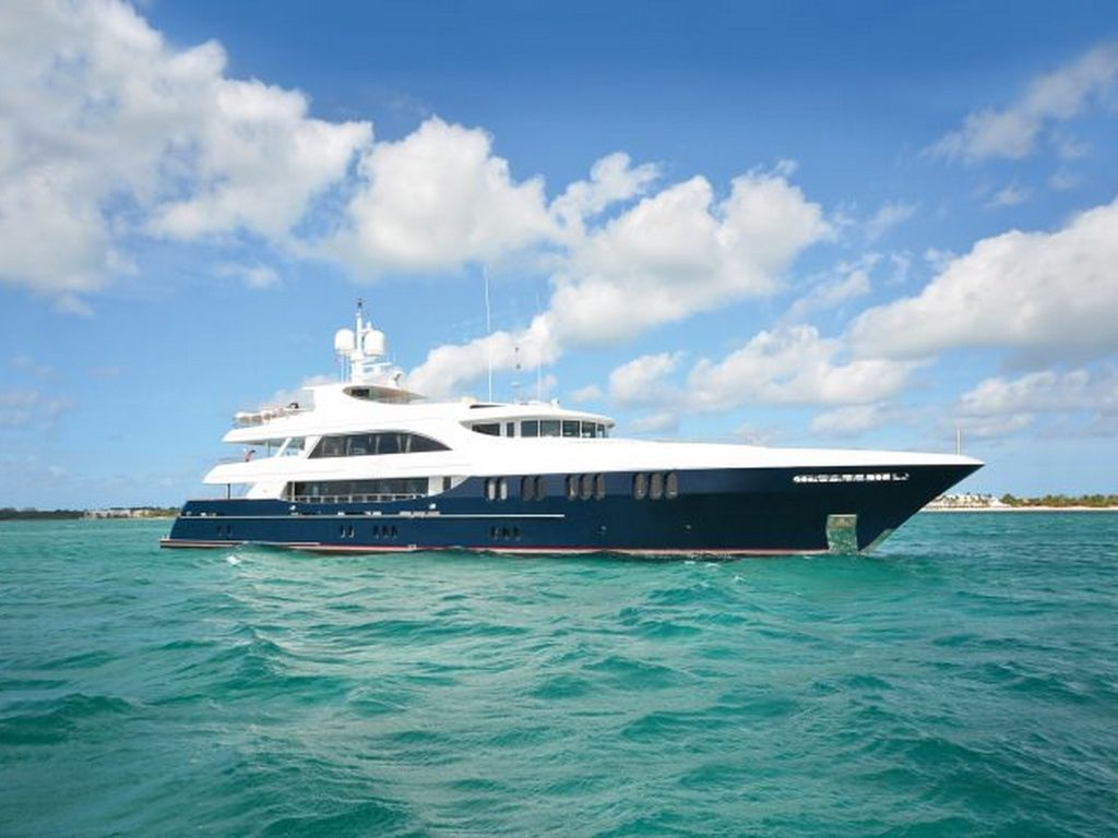 Private Yacht With 5 Staterooms For 10 Guests - 1217610
