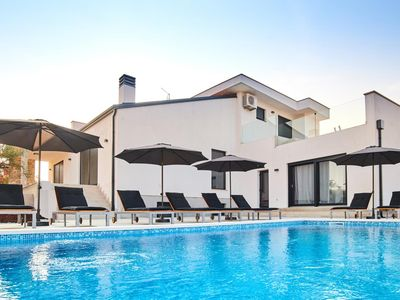 Photo for Irresistible villa with large pool, billiards, table football, darts and the middle of green Istria