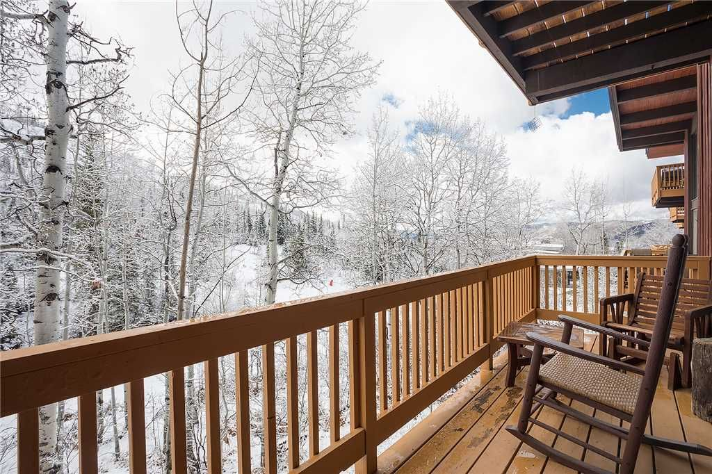 *LOWER RATES ON LISTING* Mountain View, Private Deck, Walk to Hiking!