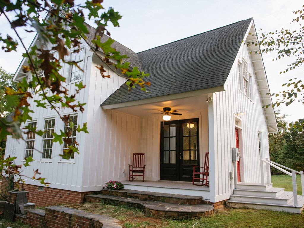 Charming country 4 bedroom home on 3 acres vrbo for Charlottesville cabin rentals hot tub