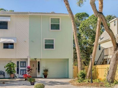 Photo for Amazing 2BR Townhome, 4 min walk to beach! Spacious back deck, Sleeps 6
