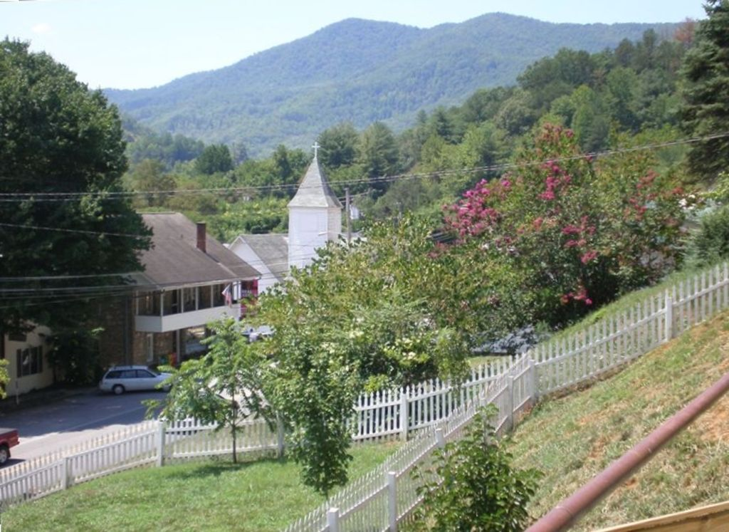 Stay in the heart of dillsboro dillsboro smoky mountains for Places to stay in asheville nc cabins