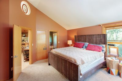 Master bedroom with king bed, lake views, private bathroom with jacuzzi tub.