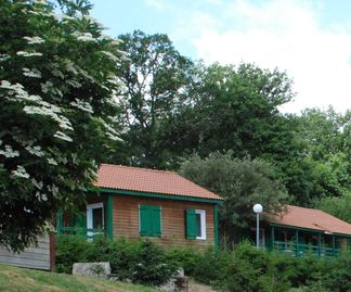 Close to MALZIEU-VILLE, well located chalet, living room, 2 bedrooms, pool, swimming pool