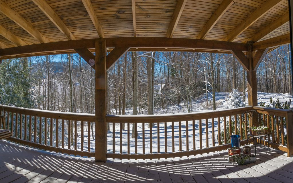 """Laurelwood - Find Your Serenity - Hot Tub, Wi-Fi, 65"""" TV, Fireplace, Gardens"""