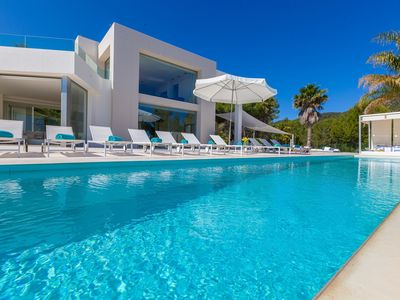 Photo for Spectacular villa five minutes from the Bay of San Antonio