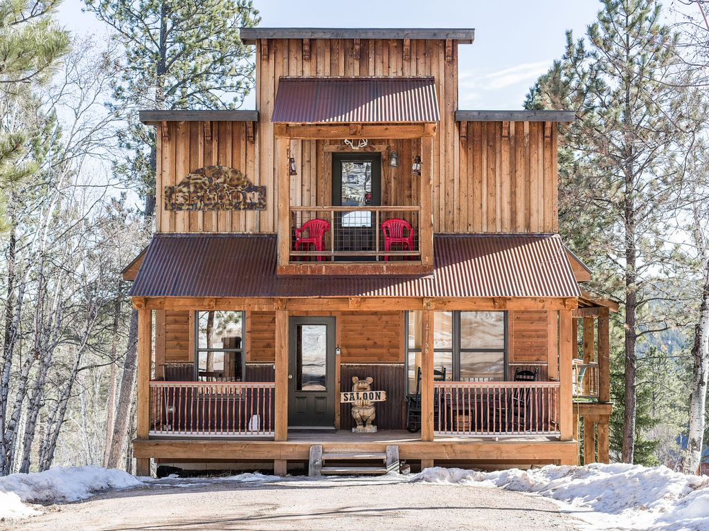 Old West Decor Cabin 4 BR, Hot Tub, And Acc...