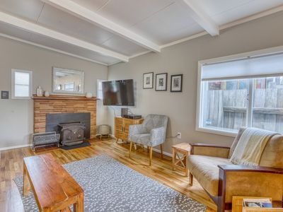Inviting waterfront cottage w/deck featuring a BBQ, kayaks, and canal access!