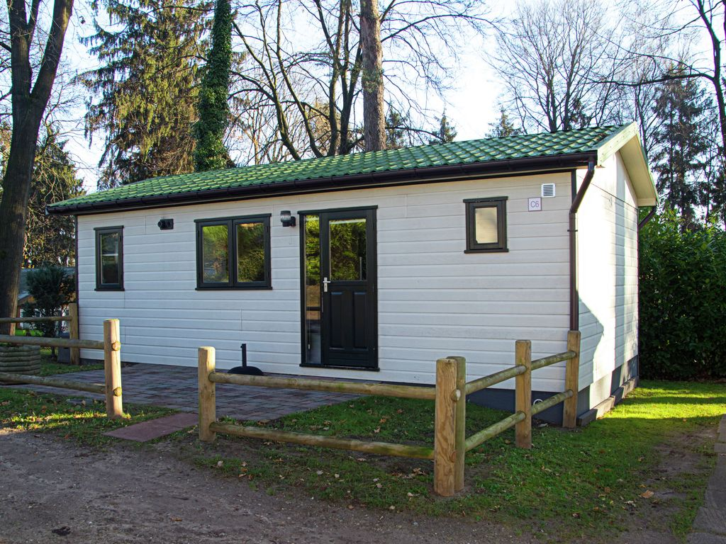 Detached chalet located on a nature and water park with swimming pool. Photo 1
