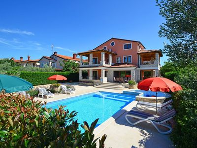 Photo for This 4-bedroom villa for up to 10 guests is located in Plovanija and has a private swimming pool, ai