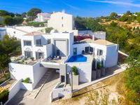 Lovely villa with excellent outside areas for relaxing. Ideal location for access into Carvoeiro.