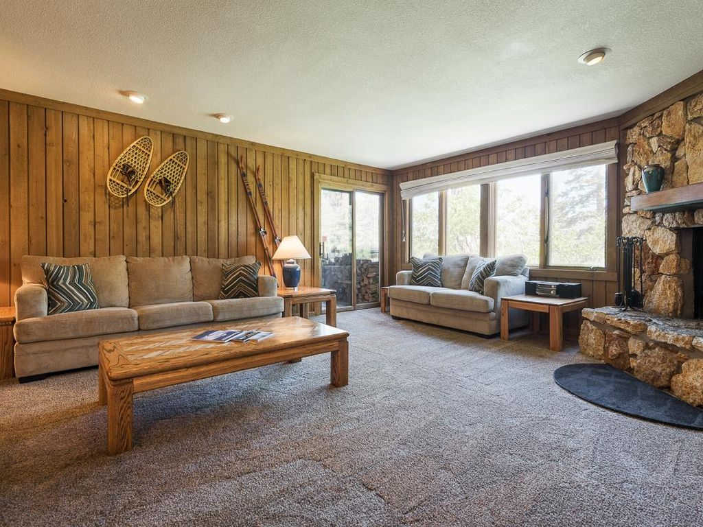 Pet friendly mammoth condo with open floor vrbo for Mammoth mountain cabins pet friendly