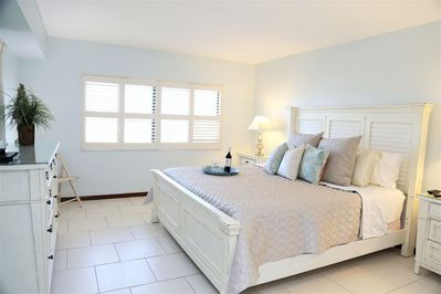 Serene Master Bedroom with King Bed, 50' LCD TV, Ensuite & Walk In Closet