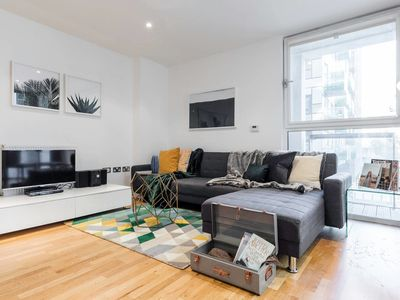 Photo for Newly-built 2 bed w/balcony in Canary Wharf