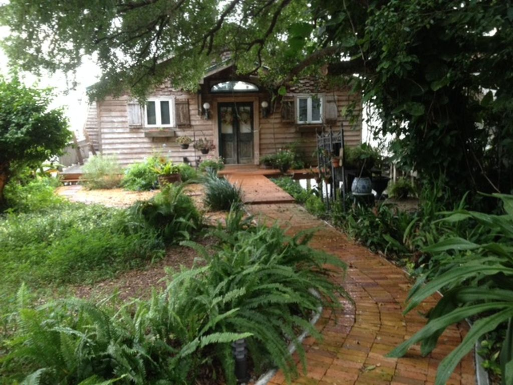 Romantic Cottage on the lake in downtown Mt Dora. BRING YOUR BOAT ...